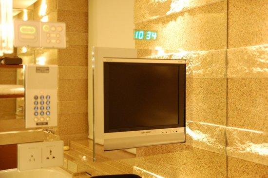 The Peninsula Tokyo: Bathroom tv & clock