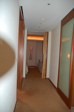 The Peninsula Tokyo: View from hallway into bedroom area