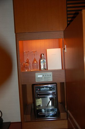 The Peninsula Tokyo: Part of Wet Bar