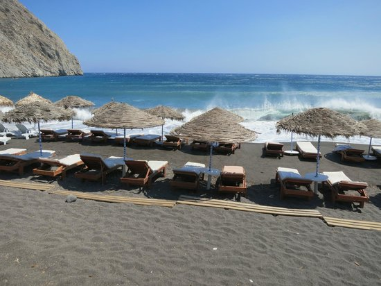 Smaragdi Hotel: black sand beach and cabanas near hotel