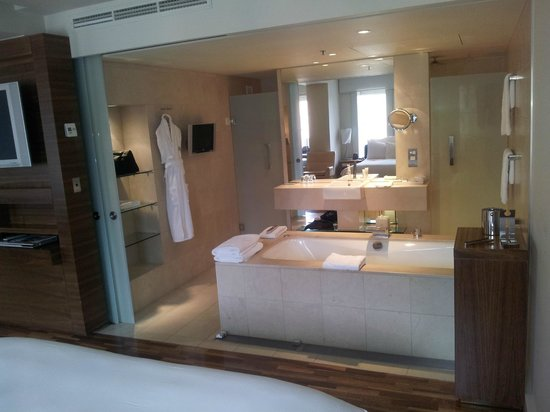 Hilton Sydney: Bathroom - Relaxation Room