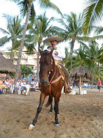 Friendly Vallarta All Inclusive Family Resort: entertainment on the beach