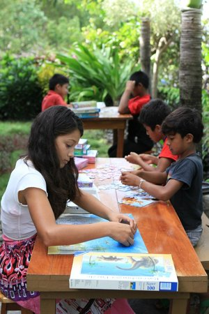 Linda Guest House: Local kids playing with jigsaw-puzzles, gifts from other guests.