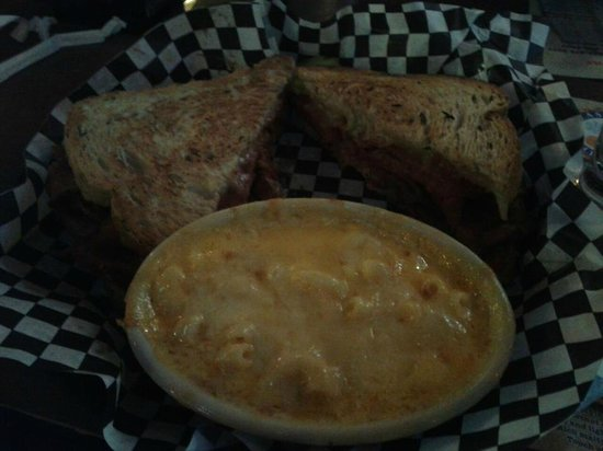 Smoky Mountain Brewery & Restaurant: Reuben sammy and mac and cheese for side