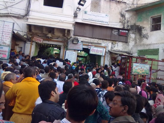 Nathdwara, อินเดีย:                   Rush of unorganized people outside the temple
