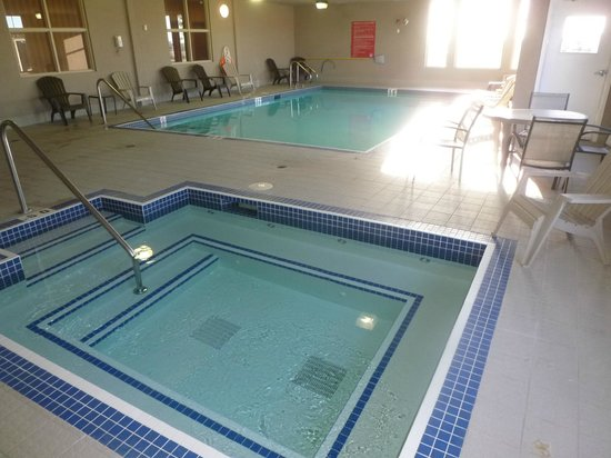 Days Inn & Suites Edmonton Airport: Pool and hot tub