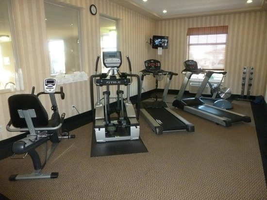 Executive Hotel Alexandra at Edmonton Airport : Fitness center with elliptical, treadmill and bike.