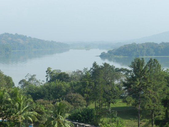 Gamboa Rainforest Resort: View of the Chagres river and rainforest in the morning mist taken from our balcony