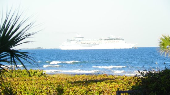 Cape Winds Resort: cruise ship passing by our room