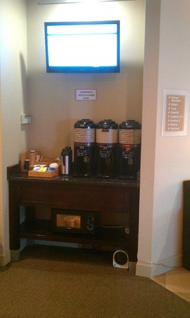 Four Points by Sheraton Kalamazoo: Self-serve coffee area near lobby