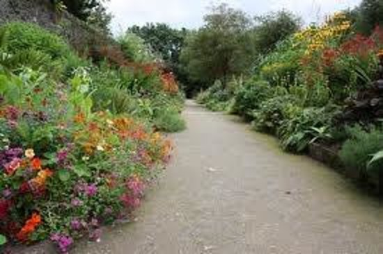 County Wicklow, Ireland: beautiful walkway through top garden