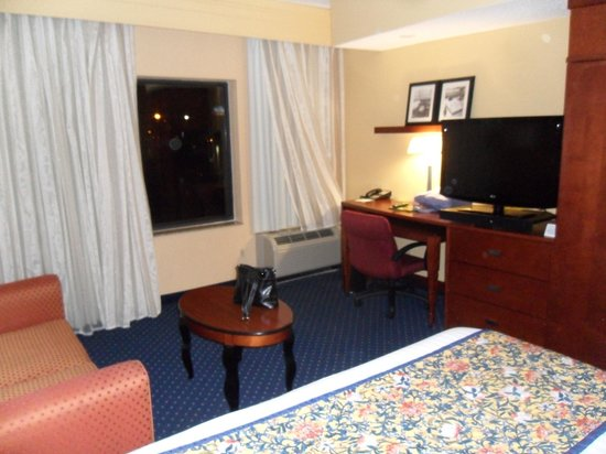 Courtyard by Marriott Memphis Southaven : King Bed with couch and nice tv