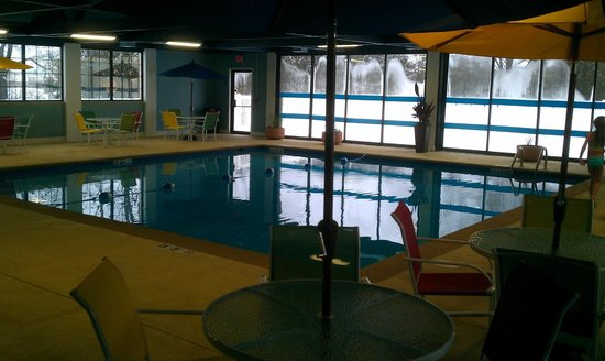 Four Points by Sheraton Kalamazoo: Pool area - very nice. Large pool, 3 to 5 foot depth