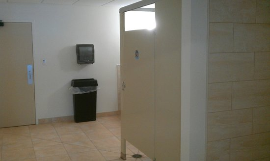 Four Points by Sheraton Kalamazoo: Locker room in pool area