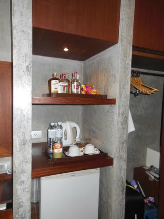 Holiday Inn Resort Krabi Ao Nang Beach: Minibar area in the room