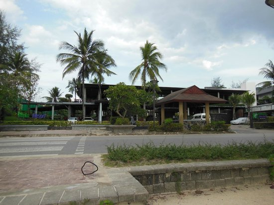 Holiday Inn Resort Krabi Ao Nang Beach: View of the hotel from across the road / beach