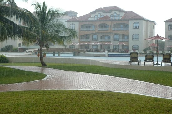Grand Caribe Belize Resort and Condominiums: Short downpour