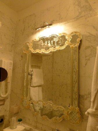 Palazzo Paruta: Venetian mirror in the marble bathroom