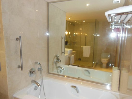 Holiday Inn Bangkok Silom: big bathroom