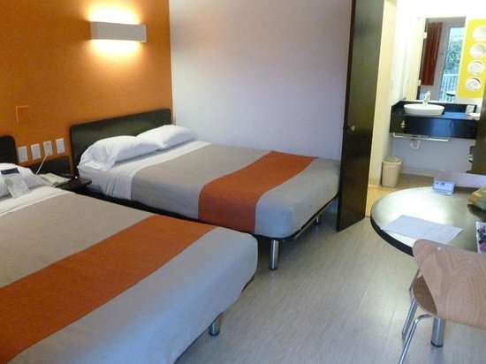 Motel 6 Santa Barbara - State Street: A nice-looking room with two beds