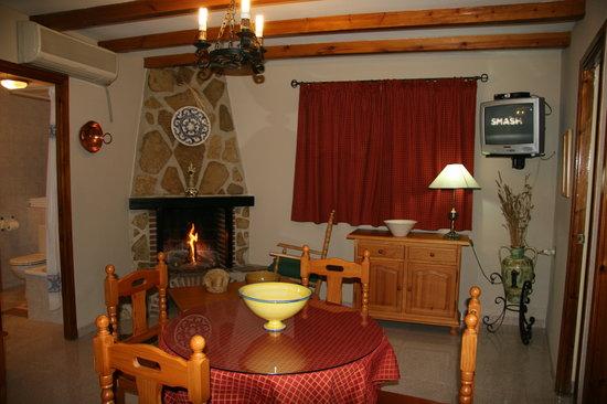 Alojamiento Rural Martinez: Salon con Chimenea
