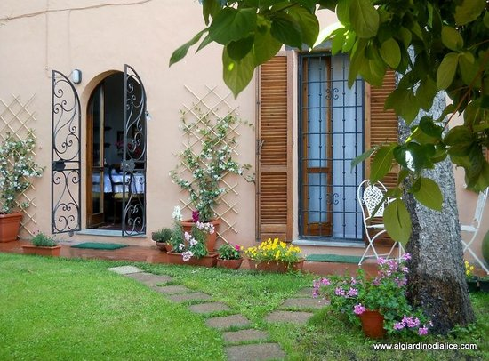 B&B At Alice's Garden: ingresso al B&B Al giardono di Alice