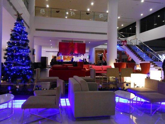 โรงแรมพูลแมน กูชิง: Nice lobby and bar