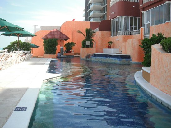 Mia Cancun: Pool with hotel in backdrop