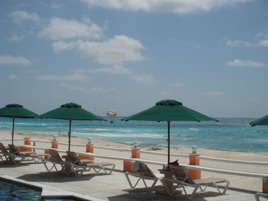 Mía Cancún: Beach view from pool deck