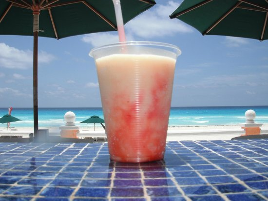 Mia Cancun: Poolside Libation