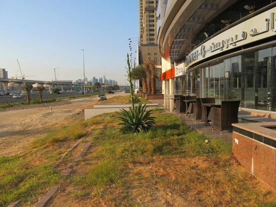 Grand Midwest Tower Hotel & Hotel Apartments: Versiffte Gästeterrasse direkt an lauter 12-spuriger Autobahn