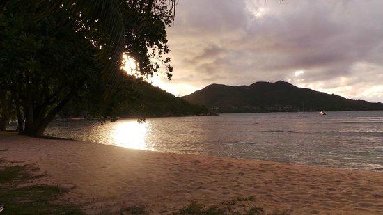 Domaine de La Reserve: coucher de soleil vu de la plage de l'hôtel