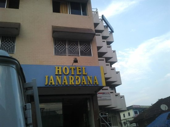 Janardhana Hotel: Nice building least man power..no trustworthy