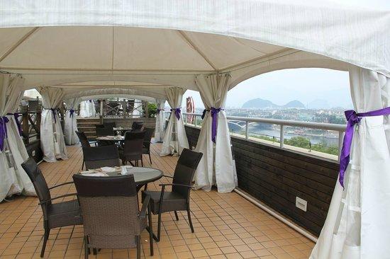 Sheraton Guilin Hotel: 7階のイタリアンとメンバラウンジにある璃江を望むテラス席