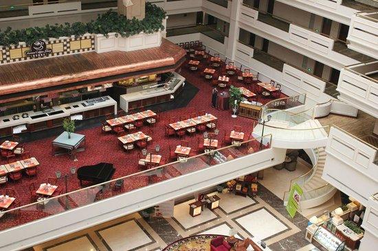 Sheraton Guilin Hotel: 吹き抜けのホテルで2階にあるレストランを7階フロアーから
