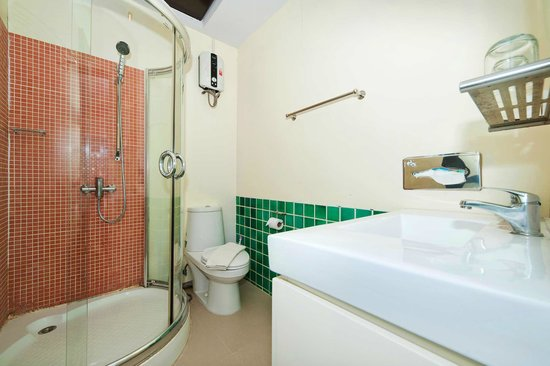 Kamala Beachfront Apartment: 1-bedroom, Sea View's bathroom