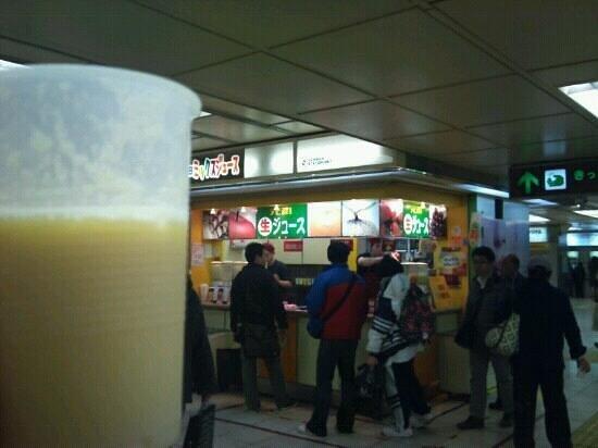 Hanshin Umeda Station Juice Stand: 阪神梅田駅の東側改札出てすぐです。