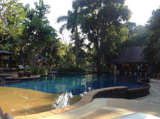 Ramayana Koh Chang Resort: Pool and bar before sunset