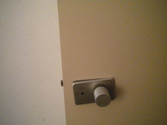 Hôtel balladins Colmar : broken door handle