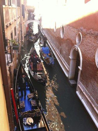 Hotel San Luca: Chambre de l'annexe avec vue sur le canal 