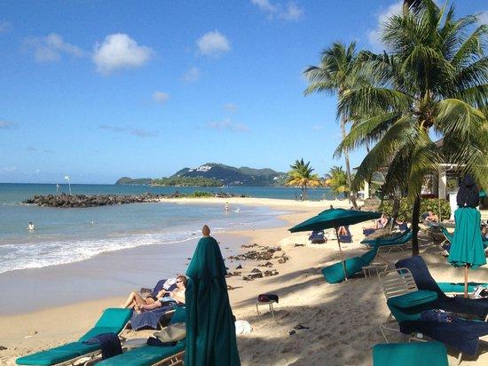 Rendezvous Resort: Beach view looking north