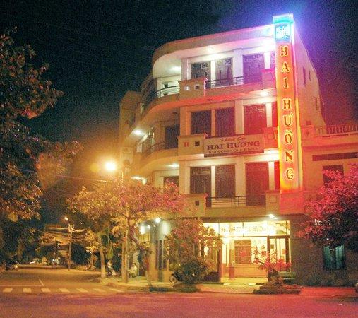 Hai Huong Hotel: Hotel by night