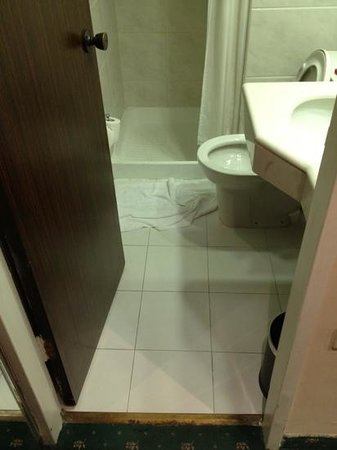 Leonardo Plaza Hotel Jerusalem: stains all over bathroom