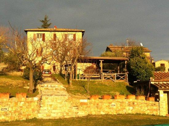 Casale Virgili: Foto del casale, dalla piscina