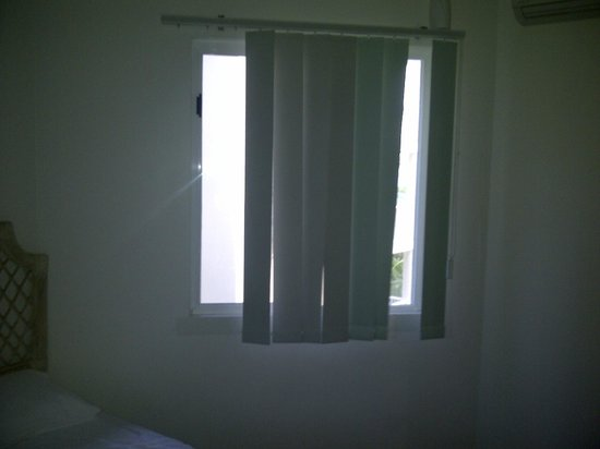 On the Beach Holiday Apartments: Bedroom blinds with 4 slats missing