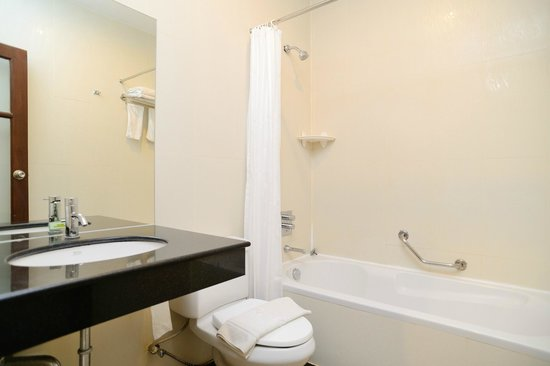 Kamala Beachfront Apartment: 1-bedroom apartment, Mountain View's bathroom