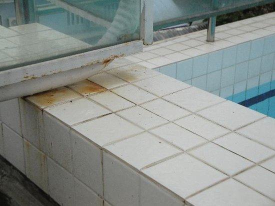 โรงแรมแคนตารี เบย์: Rostflecken am oberen Pool (und anderen dringenden Renovierungsbedarf) müssen Sie nicht lange su