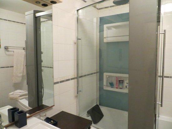 B&B La Stradetta: Il bagno nella camera con affaccio strada