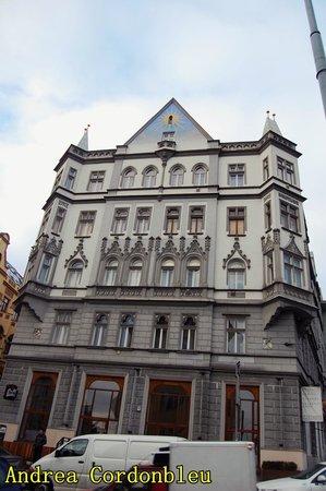Czech Inn: VISTA DE LA FACHADA