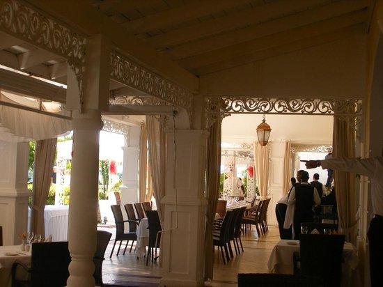 Luxury Bahia Principe Cayo Levantado Don Pablo Collection: la terraza del restaurante del hotel sin parar para que todo esté perfecto